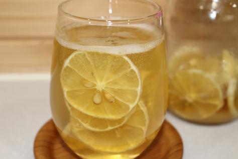レモンの砂糖漬けの焼酎ソーダ割り